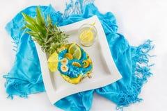 Отрезок ананаса в половине с отрезанной верхней частью VI coctail плодоовощ и лимона Стоковые Фотографии RF