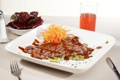 Отрезок Аргентины мяса искупанный в традиционном соусе служил с ve Стоковая Фотография RF