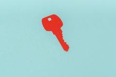Отрезок бумаги ключа для сердца как символ влюбленности Стоковые Фотографии RF