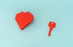 Отрезок бумаги ключа для сердца как символ влюбленности Стоковая Фотография RF