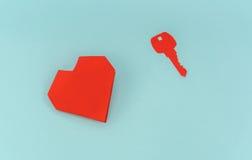 Отрезок бумаги ключа для сердца как символ влюбленности Стоковое Изображение RF