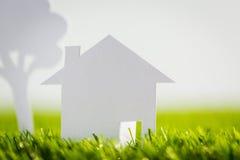 Отрезок бумаги дома и дерева на зеленой траве Стоковая Фотография RF
