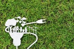 Отрезок бумаги eco на зеленой траве Рассказы о энергосберегающем стоковое изображение rf