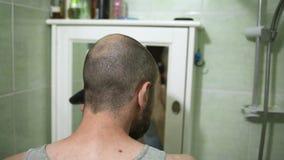 Отрезок волос молодого человека и podrovnyal виски с электрической машиной сток-видео