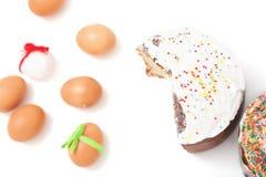 Отрезок и пасха покрасили яичка на белой предпосылке Стоковая Фотография RF