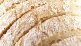 Отрезок ломтя хлеба в куски сваренные в печи акции видеоматериалы