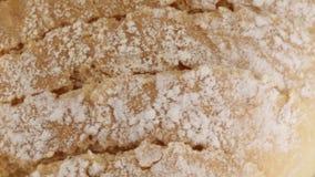 Отрезок ломтя хлеба в куски сваренные в печи сток-видео