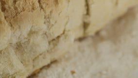 Отрезок ломтя хлеба в куски сваренные в печи видеоматериал