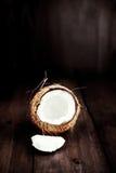 Отрезок плодоовощ кокоса в половине с частями/близкое вверх кокоса o Стоковая Фотография