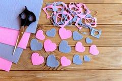 Отрезок сердец от войлока, установленных листов, чувствуемых утилей войлока, ножниц на деревянной предпосылке Выучите отрезать фо Стоковая Фотография