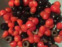 Отрезок томатов вишни и черных оливок Стоковые Фотографии RF
