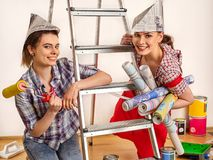 Отремонтируйте домашних женщин держа ролик инструментов картины для обоев Стоковые Фото