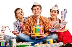 Отремонтируйте дом здания группы людей используя инструменты ролика краски Стоковое Изображение RF