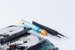 Отремонтируйте концепцию жесткого диска на белой предпосылке с инструментами Стоковая Фотография