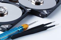 Отремонтируйте концепцию жесткого диска на белой предпосылке с инструментами Стоковые Фото