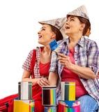Отремонтируйте домашних женщин держа банк с краской для обоев Стоковое Фото