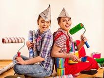 Отремонтируйте домашних женщин держа банк с краской для обоев Стоковые Фото