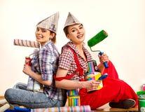 Отремонтируйте домашних женщин держа банк с краской для обоев Стоковые Изображения RF