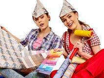 Отремонтируйте домашних женщин держа гида цвета для обоев Стоковая Фотография