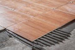Отремонтируйте работу, кладя плитки на пол Стоковое Фото