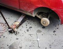 Отремонтируйте тормоз автомобиля в гараже Стоковое Изображение RF