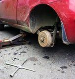 Отремонтируйте тормоз автомобиля в гараже Стоковое фото RF