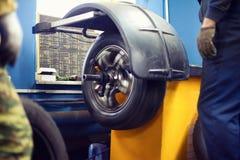 Отростчатое обслуживание автошины, колесо покрышки автомобиля в движении, работников Стоковое Фото