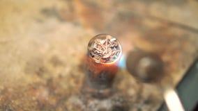 Отростчатое топление серебр в стойке с паяя утюгом сток-видео