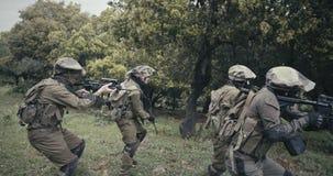 Отряд полностью вооруженных солдат командоса во время боя в пейзаже леса сток-видео