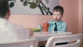 Отслеживать: Дети имеют завтрак прежде чем они идут обучить акции видеоматериалы
