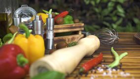Отслеживать снятую предпосылку овоща на деревянном столе Закройте вверх по свежему овощу для подготовки итальянской кухни аппетит сток-видео