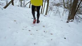 Отслеживать съемку ног человека спорт бежать вниз с холма в лесе зимы акции видеоматериалы