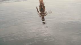 Отслеживать съемку привлекательной молодой женщины jogging на пляже отработанной формовочной смеси в Тенерифе, Канарские острова  видеоматериал