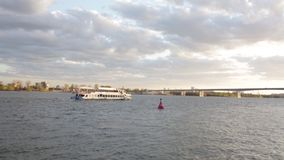 Отснятый видеоматериал взгляда реки с moving шлюпкой и красивым небом акции видеоматериалы