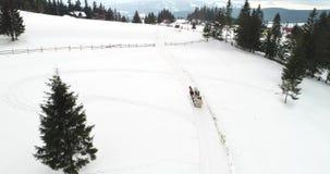Отснятый видеоматериал вида с воздуха Bucovina на Vatra Dornei в зимнем времени, Румынии сток-видео