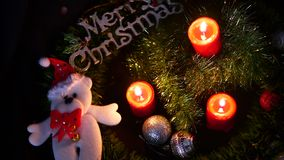 Отснятый видеоматериал горения свечи и кукла Chistmas для веселого Chirstmas акции видеоматериалы