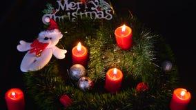Отснятый видеоматериал горения свечи и кукла Chistmas для веселого Chirstmas видеоматериал