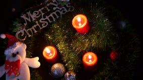 Отснятый видеоматериал горения свечи и кукла Chistmas для веселого Chirstmas сток-видео