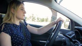 Отснятый видеоматериал замедленного движения видео молодой женщины спать пока управляющ автомобилем на дороге сельской местности акции видеоматериалы
