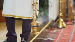 Отснятый видеоматериал замедленного движения католического ритуального Thurman в действии и производить дым видеоматериал