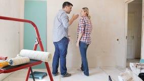 Отснятый видеоматериал замедленного движения молодых пар крича на одине другого на квартире под реновацией видеоматериал