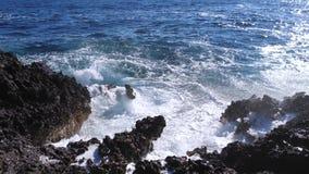 Отснятый видеоматериал замедленного движения пены и волн моря сток-видео