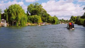 Отснятый видеоматериал круиза реки и канал barge от лодки сток-видео