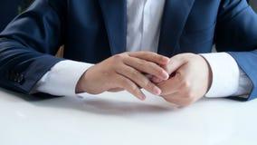 Отснятый видеоматериал крупного плана 4k молодого бизнесмена выбирая используя кредитную карточку вместо металла чеканит Концепци видеоматериал