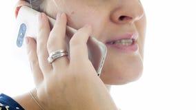 Отснятый видеоматериал крупного плана 4k молодой женщины говоря телефоном сток-видео