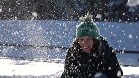 отснятый видеоматериал Медленн-mo Красивая игра маленькой девочки с снежным комом в лесе акции видеоматериалы