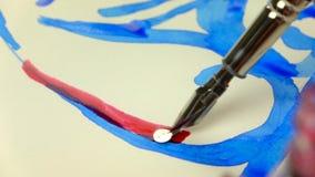 отснятый видеоматериал Медленн-mo Рука девушки художника рисует ручку с красными чернилами Конец-вверх видеоматериал