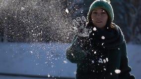 отснятый видеоматериал Медленн-mo Снежный ком красивой маленькой девочки бросая на камере акции видеоматериалы