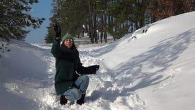 отснятый видеоматериал Медленн-mo Снежный ком красивой маленькой девочки бросая на камере сток-видео