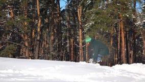 отснятый видеоматериал Медленн-mo Снежный ком красивой маленькой девочки бросая в лесе акции видеоматериалы